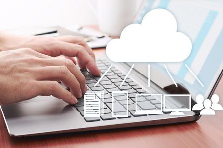 Concetto di cloud computing. Condivisione dei dati sul server. Utilizzo di laptop per l'invio di dati su server cloud.