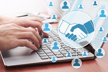 Colaboración a través de internet. Red de personas en línea. Hombre de negocios enviando mensaje por computadora portátil. Foto de archivo