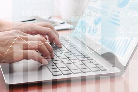 Analyse statistischer Daten. Laptop zur Berechnung verwenden. Geschäftsmann, der Berichte vorbereitet. Viele Grafiken und Diagramme.