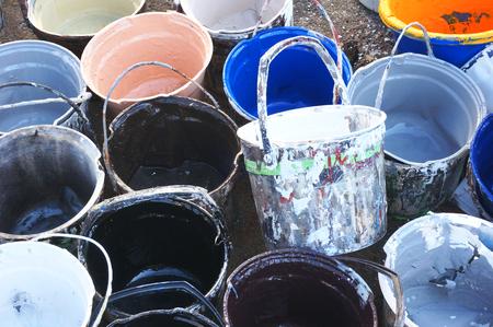 old paint cans Banque d'images - 119951851