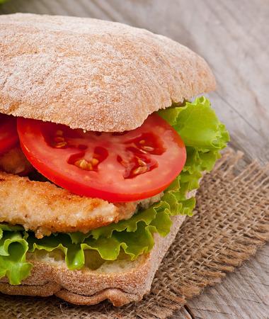 nuggets de pollo: Emparedado grande con nuggets de pollo