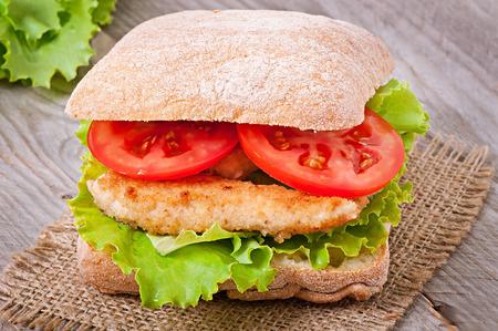 nuggets pollo: Emparedado grande con nuggets de pollo
