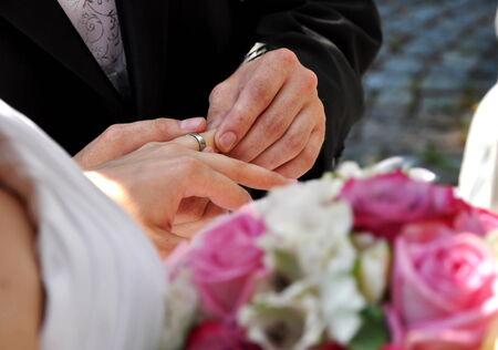Cérémonie de mariage avec le marié et la mariée et belle fleur Banque d'images - 30157174