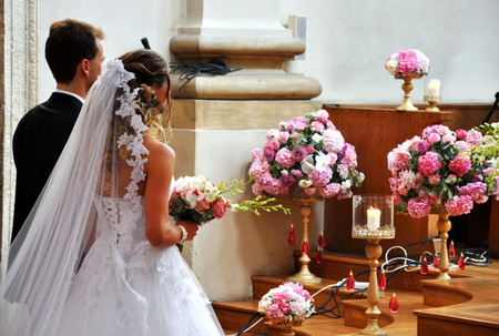 Belle mariage en grande église Banque d'images - 31564877