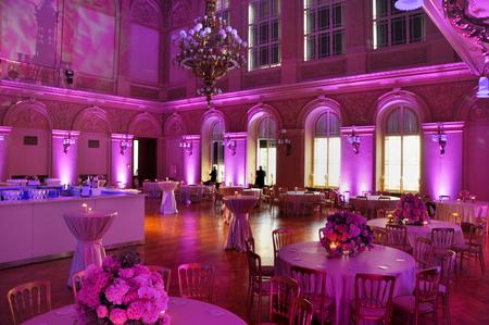 궁전에서 아름다운 결혼식 꽃 장식