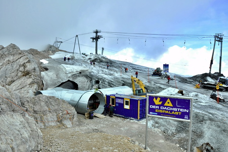 ALPS, AUSTRIA, SEPTEMBER 26, 2009: dachstein glacier