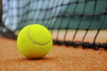 Fermer balle de tennis dans un court de tennis Banque d'images - 38214999