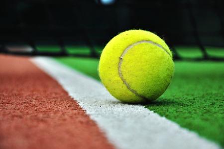 Fermer balle de tennis dans un court de tennis Banque d'images - 38215001