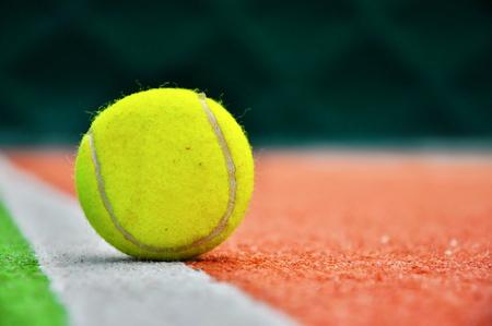 Fermer balle de tennis dans un court de tennis Banque d'images - 38215002