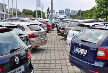 ref: PRAGA, LA REPÚBLICA CHECA, 02082015 - coches de aparcamiento en frente de la tienda de coche en Praga