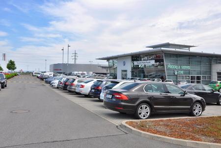inventario: PRAGA, LA REP�BLICA CHECA, 02082015 - coches de aparcamiento en frente de la tienda de coche en Praga
