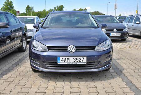 t5: PRAGUE, THE CZECH REPUBLIC, 02.08.2015 - Volkswagen car store in Prague
