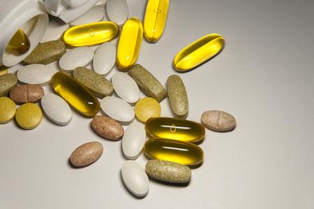 Kwaliteit eten pillen supplementen helpt passen bij uw gezondheid. Geïsoleerd op witte achtergrond