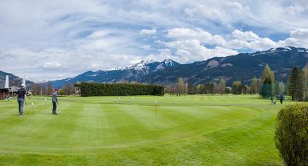 Terrain de golf avec du vert et des trous. Entraînement des golfeurs sur le vert. Beau paysage de golf Banque d'images - 59114567