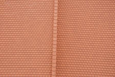 tejas: Closeuf de nuevas tejas de color naranja con techo de tejas de cresta