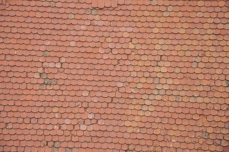 tejas: Closeuf de las tejas del techo de color naranja a la quiebra