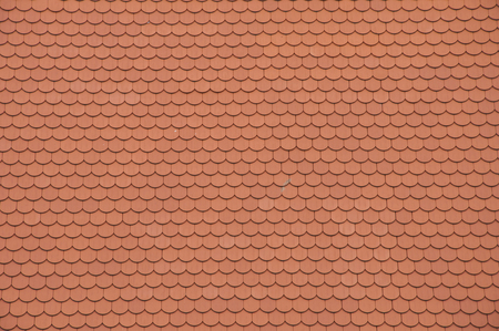 tejas: Closeuf de nuevas tejas del techo naranja