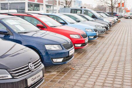 PRAGUE, LA RÉPUBLIQUE TCHÈQUE, 18.12.2016 - Les voitures de luxe sont garées devant le concessionnaire automobile. Vue de voitures de luxe garées en rangée. Banque d'images - 68859388