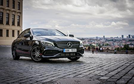 PRAGUE, République tchèque, 31.8.2017: Gros plan de Mercedes Benz CLA 45 AMG, voiture noire avec des bandes de sport rouges. Rare vue de la voiture Banque d'images - 87142936
