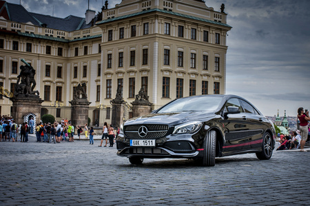 PRAGA, REPÚBLICA CHECA, 31.8.2017: Mercedes Benz CLA 45 AMG, coche negro con tiras deportivas rojas. Editorial