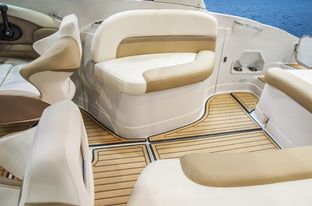 Closeup of cockpit of luxury yacht. Cockpit of luxury seagoing boat. interior from wood and leather. Imagens - 89580957