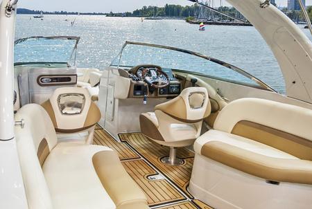 Interior de madeira e couro do iate de luxo. Cockpit de iate no mar