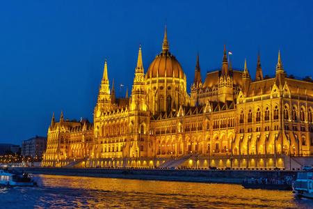 Notte Budapest, capitale dell'Ungheria. Bella notte vista della città dall'altra parte del fiume. Archivio Fotografico