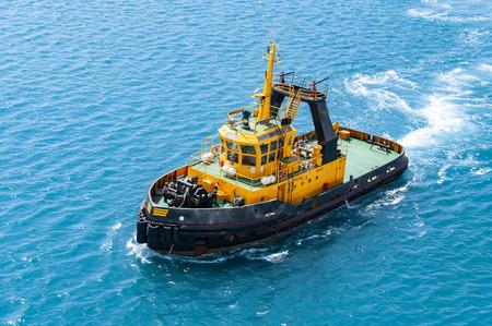 Navire d'escorte de croisière en mer. Vue de dessus du bateau de service de pilotage naviguant dans le port. Banque d'images
