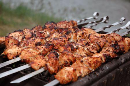 pinchos morunos: Preparaci�n de cortes de carne en salsa en el fuego