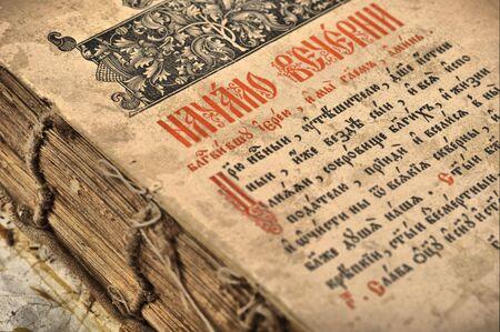 Aprire il vecchio libro con il testo sulla pagina