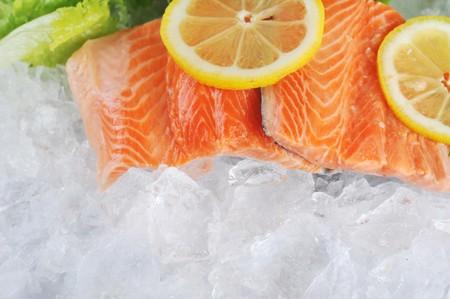 fisch eis: St?cke roten Fisch und Zitrone auf Eis Lizenzfreie Bilder
