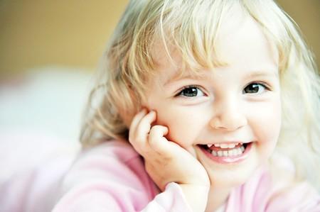 족 크   family life: Beautiful little girl lying on bed at house