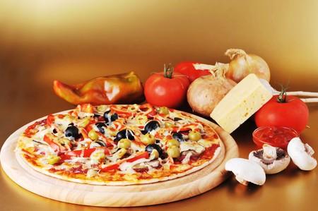 pizza: vers gebakken pizza met pepperoni, olijven en pepers  Stockfoto