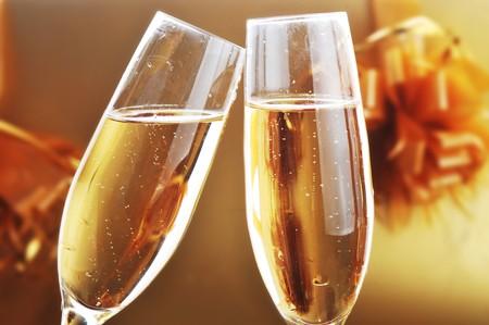 wine pouring: due bicchieri di shampagne sulla tabella celebrativo Archivio Fotografico