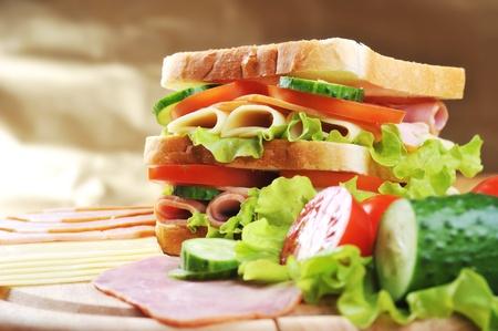 新鮮でおいしいサンドイッチ上に木製のテーブル