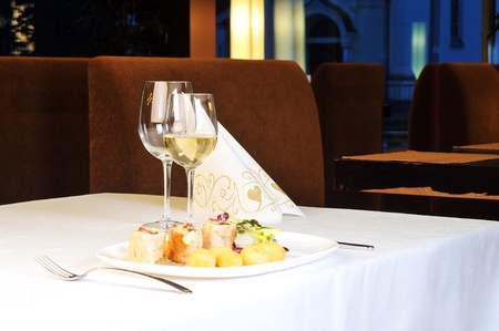 vin chaud: Tables de d�finir pour les repas au restaurant moderne Banque d'images