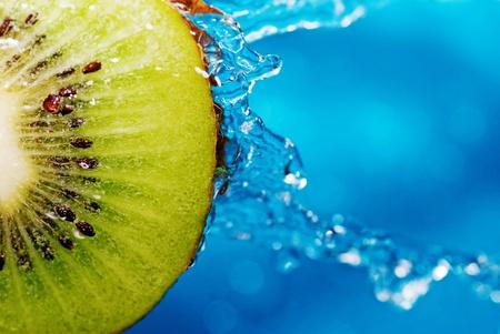 fr�chte in wasser: Water drops on Slice von kiwi Lizenzfreie Bilder