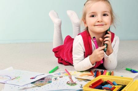 Piękna mała dziewczynka jest rysunek na papierze