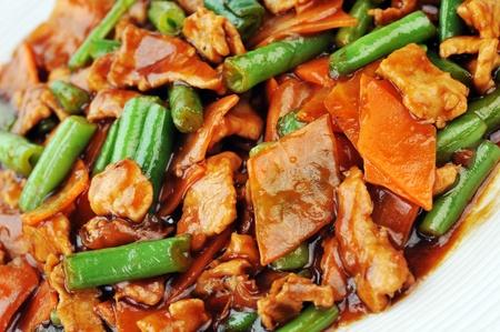 soja: la cocina china. pollo frito con salsa roja y frijoles Foto de archivo