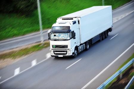 großen Van mit Last bewegt sich entlang der Straße Lizenzfreie Bilder
