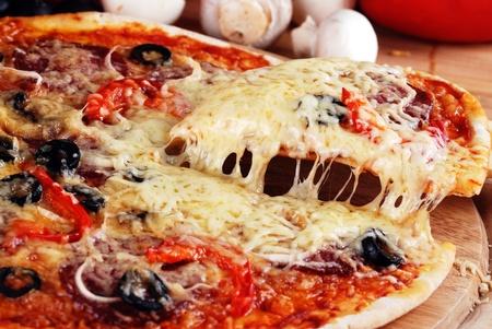frisch gebackene Pizza mit Pepperoni Oliven und Paprika