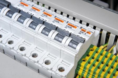전기 장비와 새로운 제어판. 자동 전기 스위처 에디토리얼