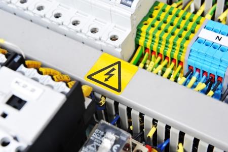 electric fixture: Nuovo pannello di controllo con le apparecchiature elettriche. Commutatori automatici di energia elettrica