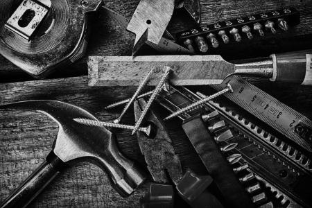 the hammer: Conjunto de herramientas diferentes sobre fondo de madera