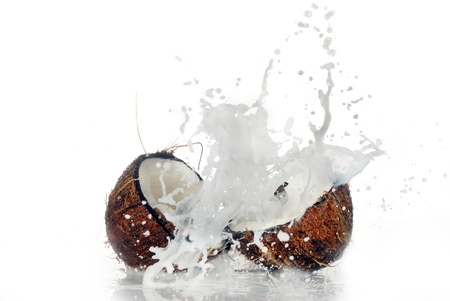 gebarsten kokos met grote plons, geïsoleerd Stockfoto