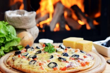 나무 오븐 근처 구운 맛있는 피자 스톡 콘텐츠
