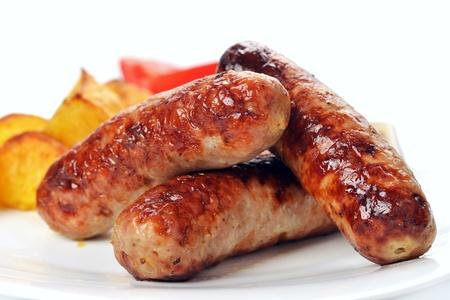 lekker gegrild vlees worsten op schotel Stockfoto