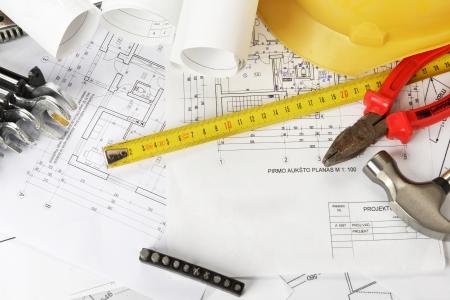 Haufen von Design und Projekt Zeichnungen auf Tabelle Hintergrund.