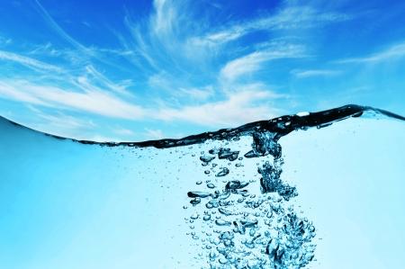 하늘 아래 물에서 거품