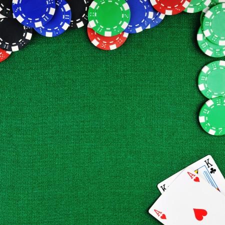 ruleta de casino: Fichas de diferentes colores para gamblings y jugando a las cartas en verde